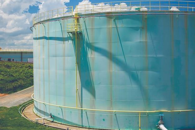 Les grands réservoirs verts pour pièce de rechange de station-service et de raffinerie.