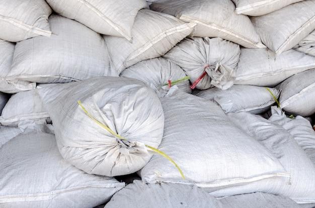 Grands sacs blancs dans un grand entrepôt