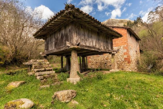 Grange asturienne. architecture populaire à riocaliente.