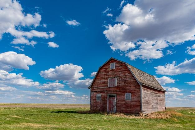 Grange rouge vintage dans les prairies près de white bear, saskatchewan