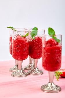 Granité à la fraise rafraîchissante en été