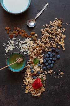 Granola amandes raisins secs lait miel et myrtilles