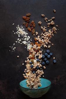 Granola aux amandes raisins et myrtilles