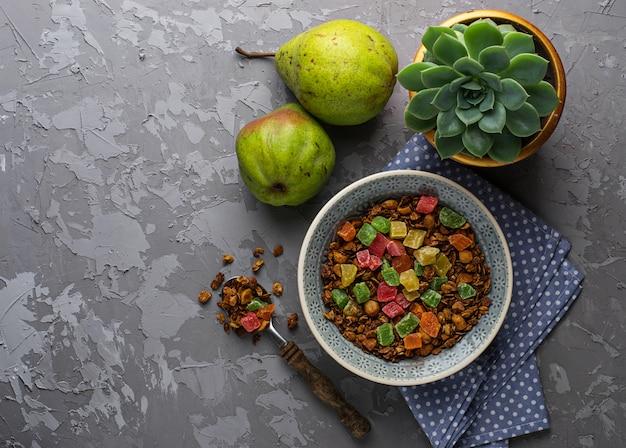Granola aux fruits confits, poires et succulentes. mise au point sélective