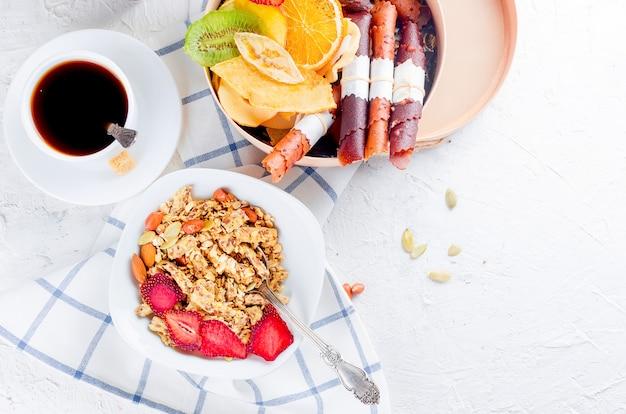 Granola aux fruits, frites et café