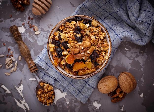 Granola aux noix et fruits secs.