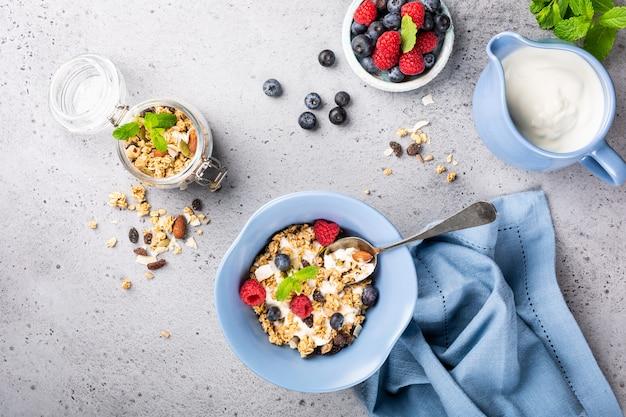 Granola d'avoine aux baies et au yaourt