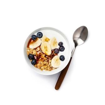 Granola d'avoine avec myrtilles fraîches, banane, yogourt et sirop d'érable
