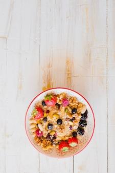 Granola avec des baies et des graines mélangées