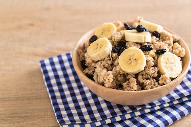 Granola à la banane, raisins secs et lait