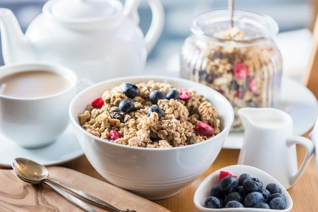 Granola à base de porridge d'avoine, noix, graines, baies