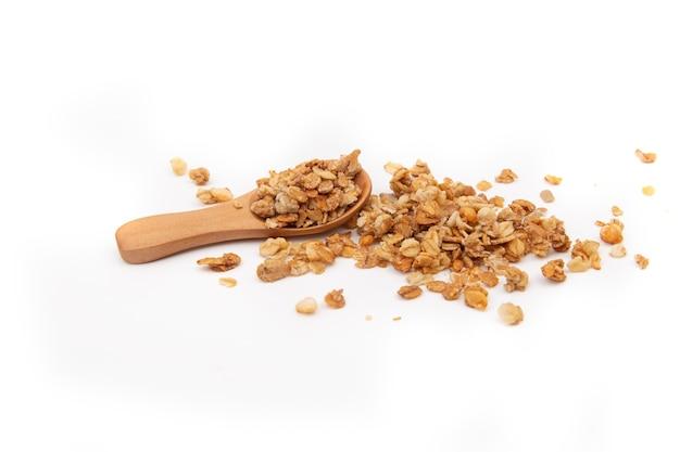 Granola avec cuillère en bois isolé sur fond blanc. vue de dessus, repas sain.