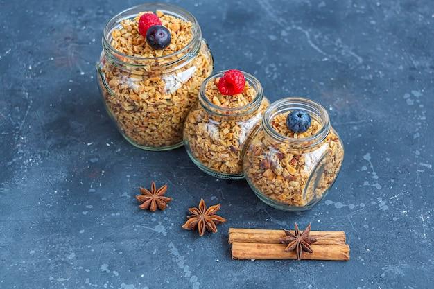 Granola cuit au four, muesli de flocons d'avoine, variété de noix, collation végétarienne saine à la maison.