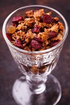Granola dans un verre.petit déjeuner utile