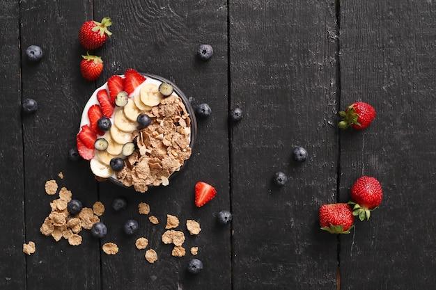 Granola. délicieux petit déjeuner sur la table