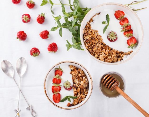 Granola avec du yaourt. petit déjeuner sain d'été