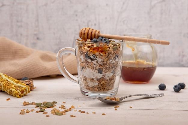 Granola énergétique au miel sur un fond en bois.