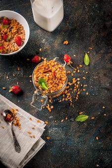 Granola fait maison à partir d'un mélange de céréales et de fraises