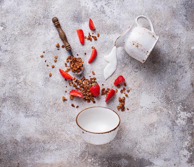 Granola et fraise, petit déjeuner sain
