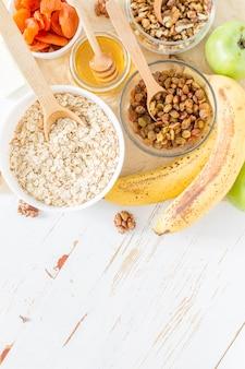 Granola ingrédients sur fond de bois blanc
