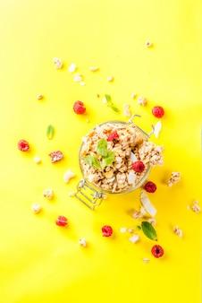 Granola maison aux fruits rouges et menthe