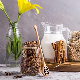 Granola maison aux noix, fruits secs et chocolat au petit déjeuner