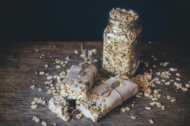 Granola maison avec mélange de noix en pot sur planche de bois sur fond de table en pierre. concept d'alimentation saine. espace de copie