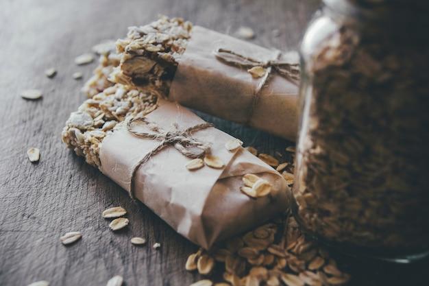 Granola maison avec mélange de noix en pot sur planche de bois