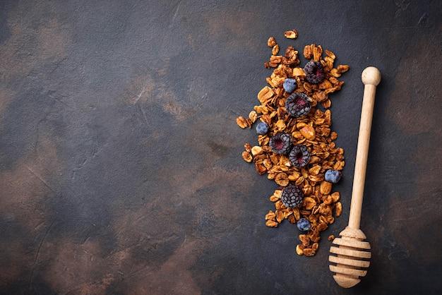 Granola maison saine avec des baies