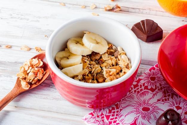 Granola petit déjeuner, une tasse de café