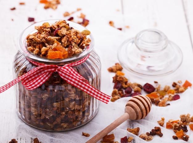 Granola de plusieurs types de céréales avec noix, miel