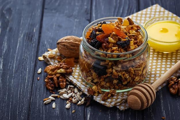 Granola en pot avec noix et fruits secs.