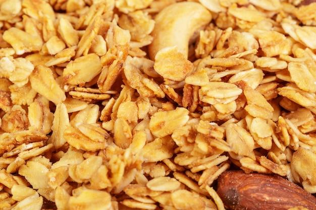Granola rôti fait maison sur une plaque à pâtisserie