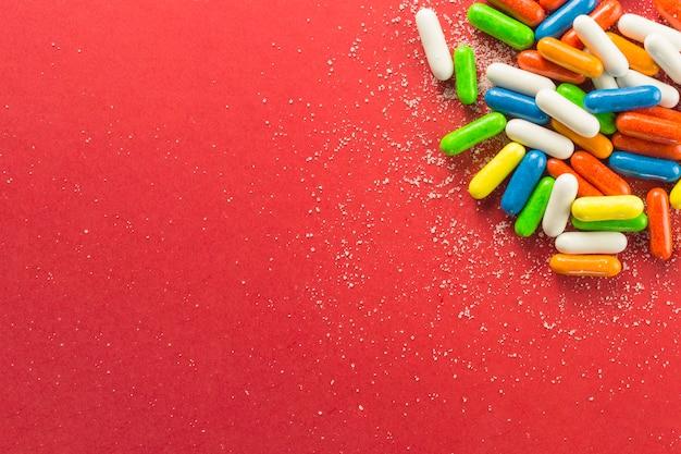 Granules colorés sur le rouge