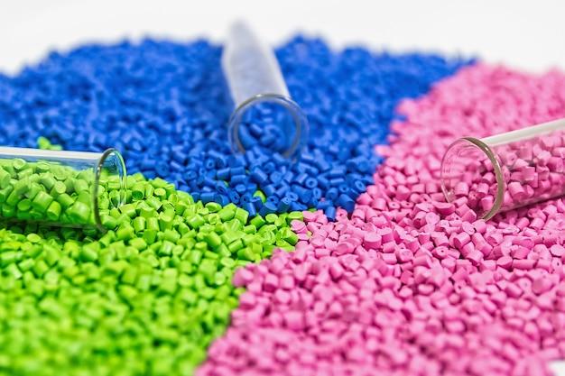 Granulés de plastique colorant polymère dans des bols