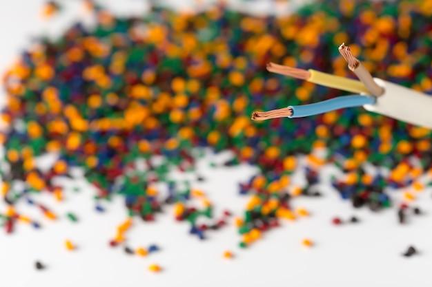 Granules de polymères plastiques colorés pour câbles