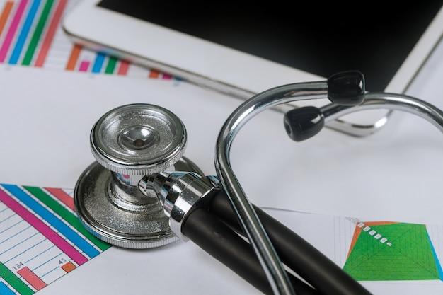 Graphes analytiques médicaux électroniques stéthoscope utilisant sur une tablette numérique
