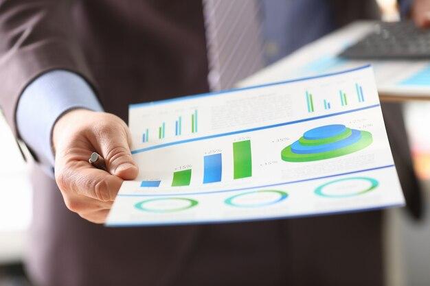 Graphique analytique homme d'affaires et progrès économique