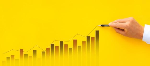 Graphique d'augmentation de dessin d'homme d'affaires. la réussite des entreprises