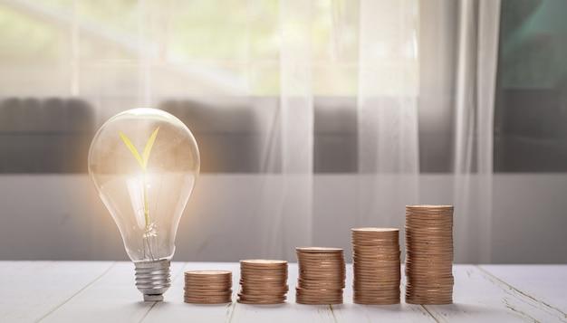 Graphique de croissance de pile de pièces d'argent, plante qui grandit sur des pièces de monnaie. équilibrer l'épargne et l'illustration des investissements
