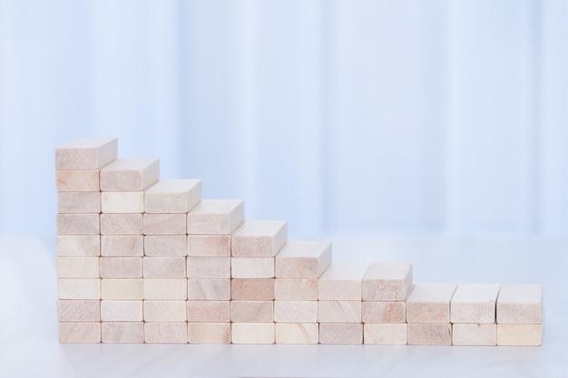Graphique en déclin de blocs de bois. concept financier. copiez l'espace.
