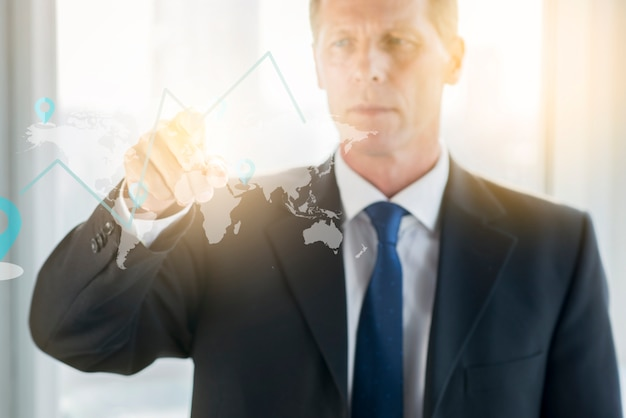 Graphique dessin homme d'affaires sur panneau de verre transparent