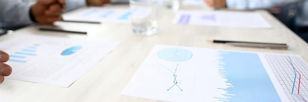 Graphique d'entreprise se trouvent sur la table contre les gens du groupe