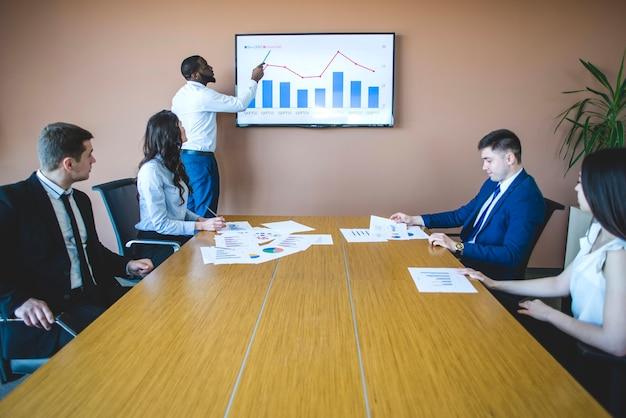 Graphique explicatif d'homme d'affaires