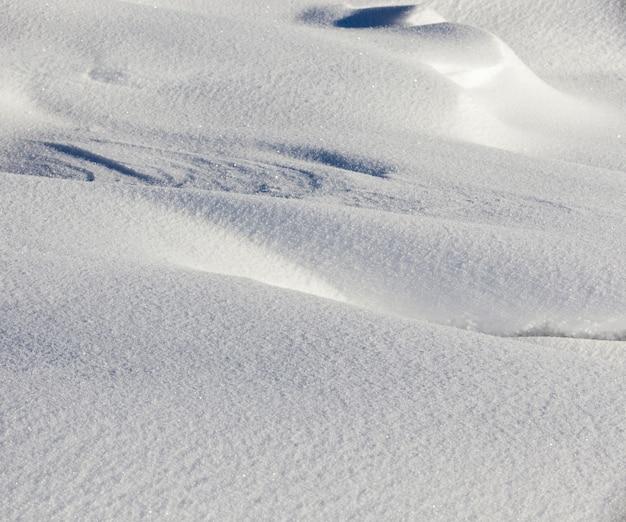 Graphique avec une faible profondeur de champ de dérives de neige blanche, hiver