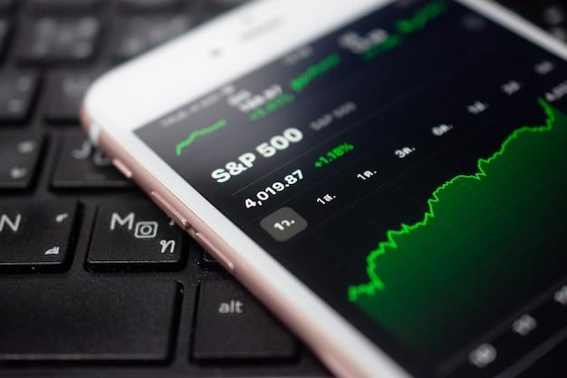 Graphique de l'investissement commercial forex sur l'écran soft focus du téléphone mobile