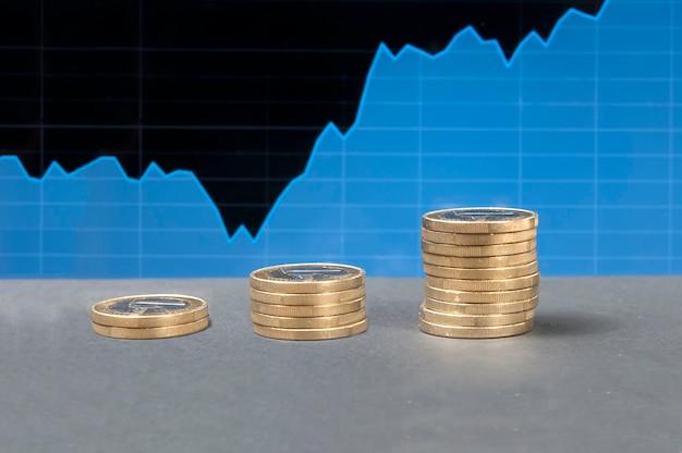 Graphique de négociation, tendance haussière, tendance haussière, trois piles de pièces, accumulation de financements.