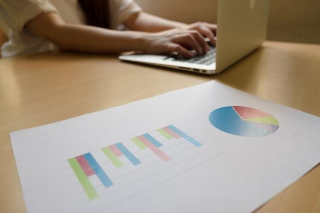 Graphique avec ordinateur portable sur table