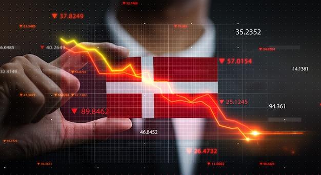 Graphique tombant devant le drapeau du danemark. concept de crise