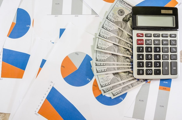 Graphiques d'affaires et calculatrice avec planification d'analyse de stratégie en dollars